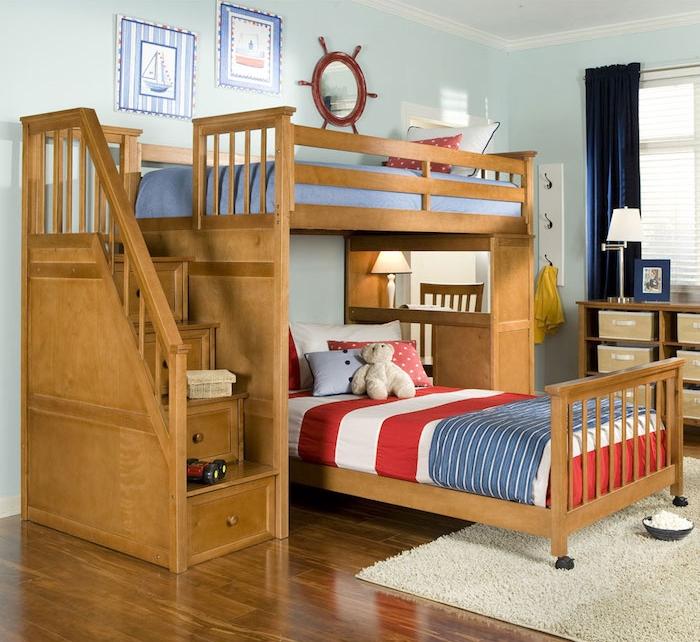Abenteuerbett aus Holz wie ein Schiff dekoriert - rote und blaue Bettwäsche