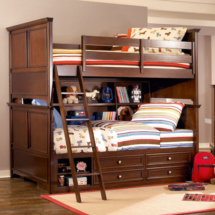 Hochbett für Kinder mit einer bunten Bettwäsche und viele Regale für Bücher und Spielzeuge