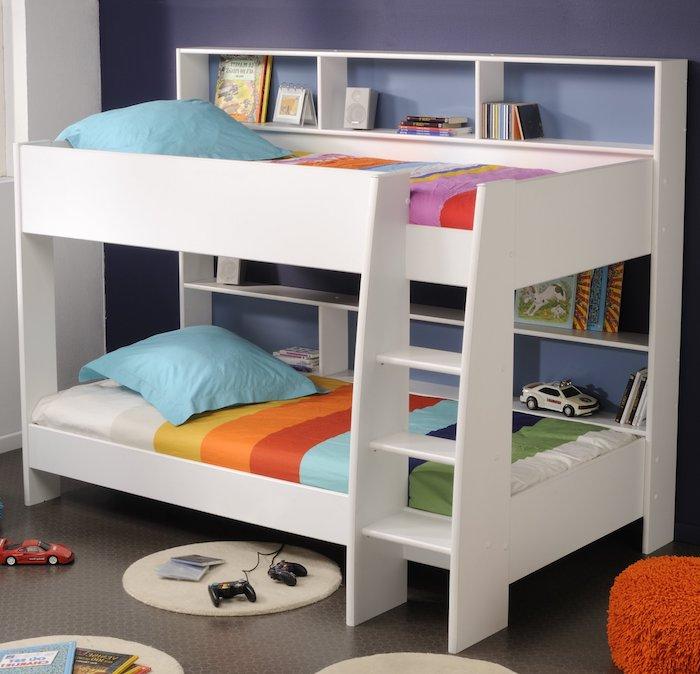Bettwäsche in den Farben von Regenbogen, Hochbett für Kinder in weißer Farbe