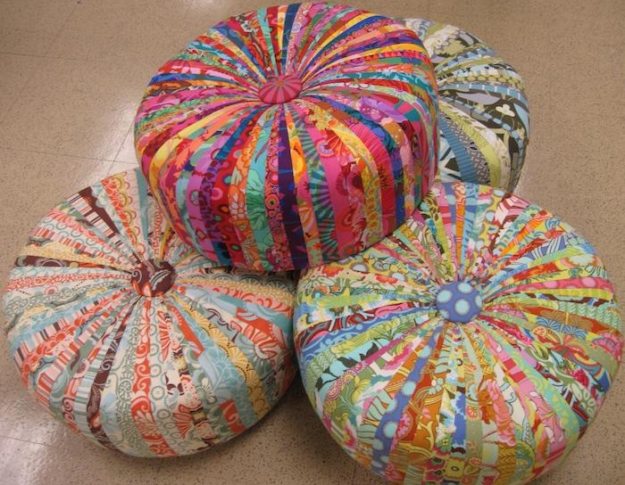 buntes kissendesign spielerische kissen alle farben krass sitzkissen bodenkissen ottoman