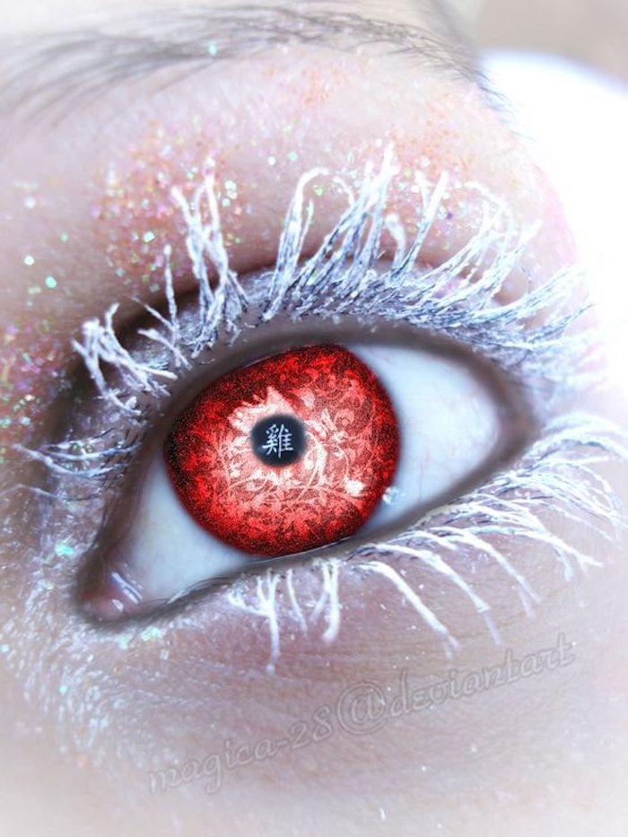 weiße Wimperntusche und schwarzer Augenstift, Mädchen mit Partylinsen