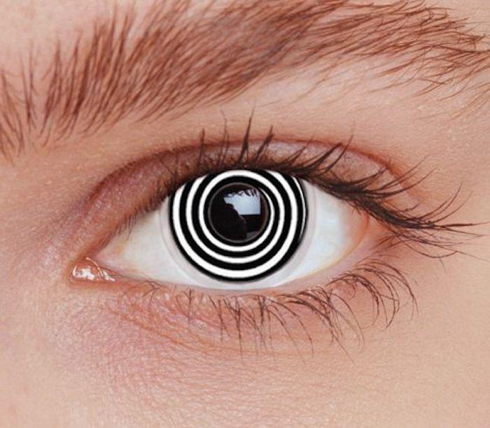 Mann mit jungem Gesicht, Irislinsen mit schwarz-weißer Spirale, dicke Augenbrauen
