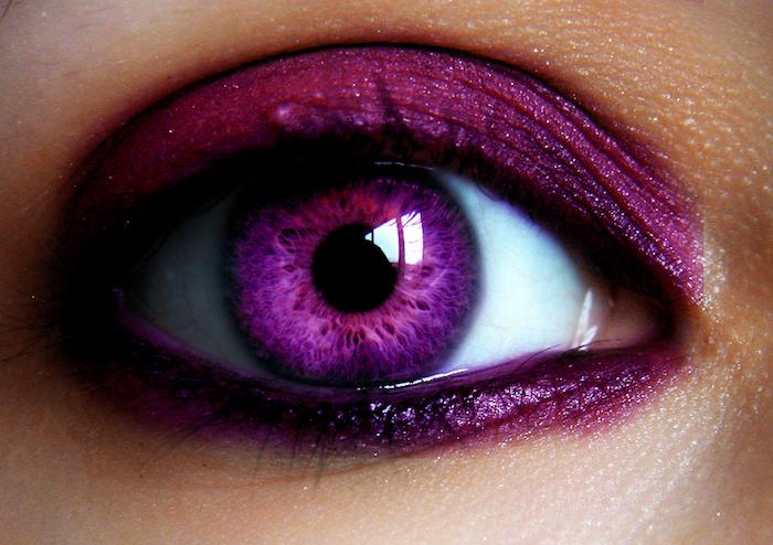 kosmetische UV Kontaktlinsen in violetter Farbe, Augenschminke in dunkellila