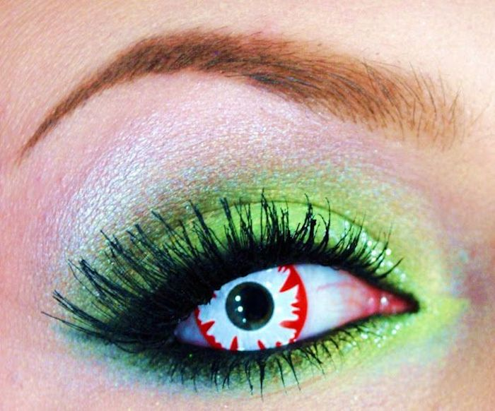 Regenbogenschminke in grünen Nuancen, Augenbrauen ausmalen