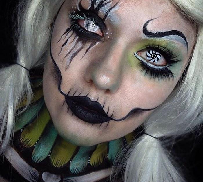 Dämonen Schminke für eine Halloween Feier, ein verkleidetes Mädchen