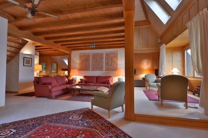 dachschrägen gestalten schönes design persischer teppich fenster am dach sofa sessel