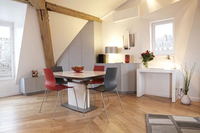 dachschrägen gestalten tolle ideen kleine dachzimmer einrichten esstisch rote und graue stühle pflanzen