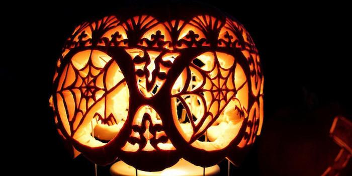 Halloween Bilder - ein Kürbis wie Eule mit kompliziertem Muster geschnitzt