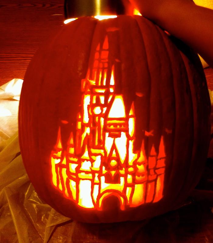 das Schloss von Disney in aller Schönheit in Kürbis geschnitzt - Halloween Bilder