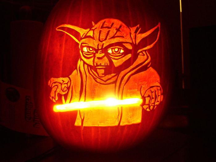 Halloween Kürbis mit Master Yoda von Stars Wars und sein Lightsaber