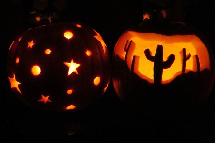 zwei Halloween Kürbise mit interessanten Ornamenten von Sternen und Kaktusse
