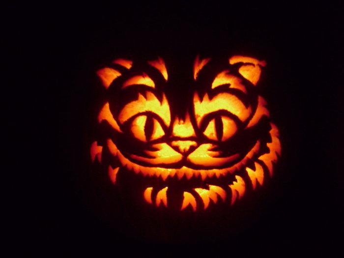 die grinsende Katze aus Alice in Wunderland als ein Kürbisgesicht