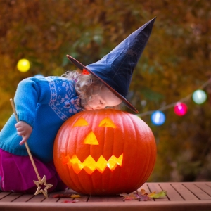 Kürbis schnitzen - etwas Lustiges zu Halloween unternehmen