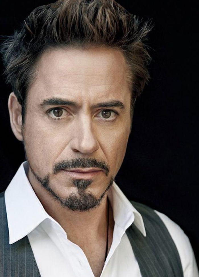 Robert Downey Jr. mit Anchor-Bart, gespitzte Haare, schwarzer Hintergrund