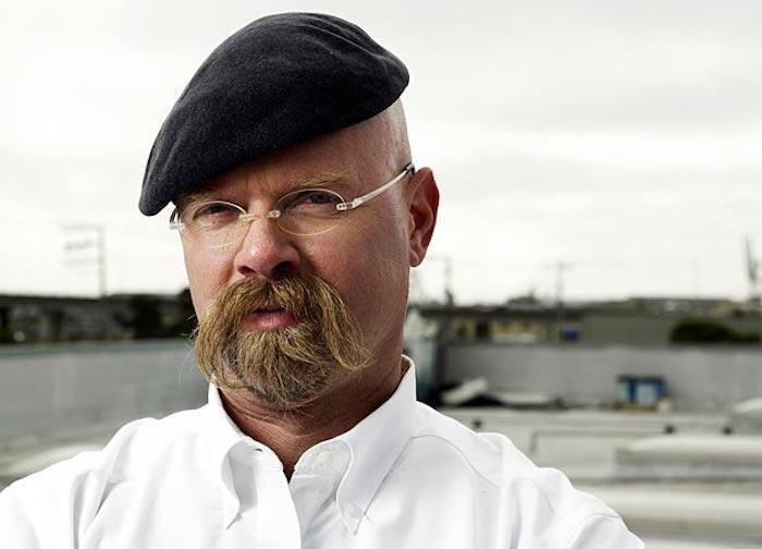 Jamie Hyneman mit schwarzet Schirmmütze und ovaler Brille, Parkplatz, MythBusters Experimente