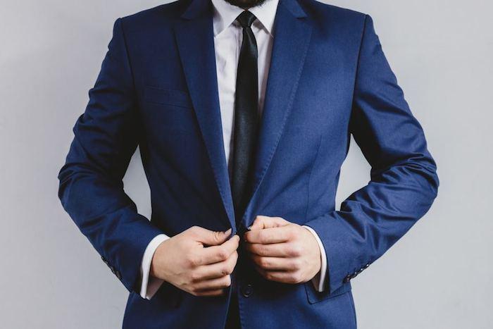 ein blauer Anzug mit Krawatte - Männermode