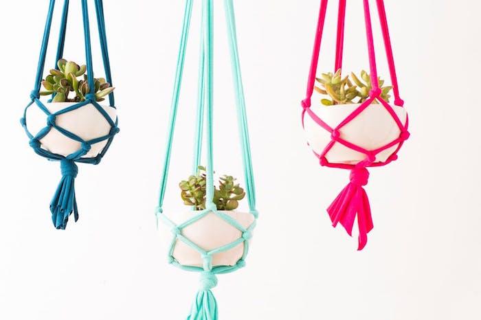 buntes design von den blumenampeln blau grün rosa weiße blumentöpfe ideen kaktus
