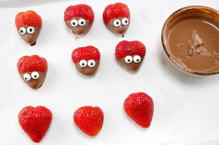 Erdbeeren in Schokolade tauchen, süße Marienkäfer, kleine Snacks für Party vorbereiten