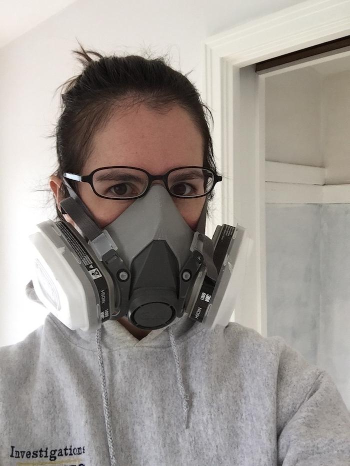 eine graue Ausrüstung von einem Mädchen mit Brillen - gruselige Halloween Masken