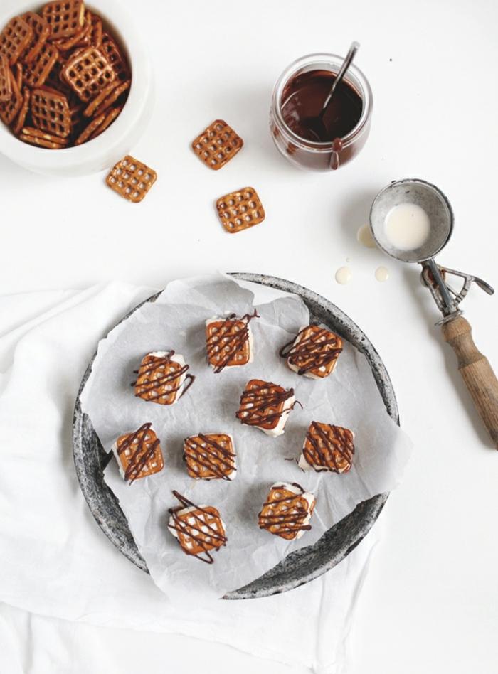 Mini-Brezel mit Eis und Schokolade, Partyhäppchen einfach und schnell vorbereiten, leckeres Essen- zufriedene Gäste