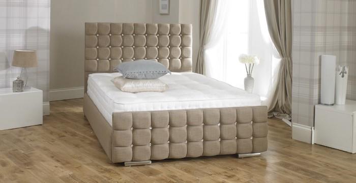 Doppelbett mit Polsterrahmen und Metallbeinen, Parkettboden in hellen Farben