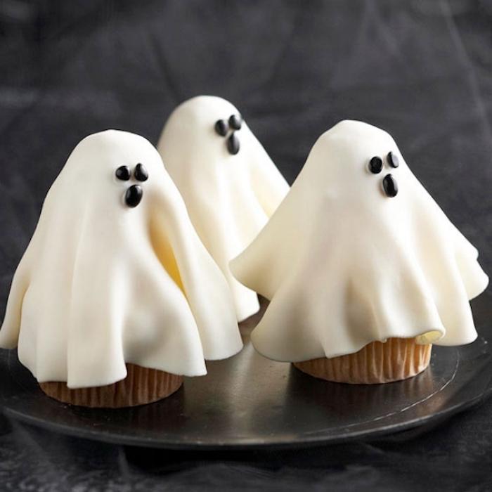 halloween gebäck, kleine gespenster aus fondant mit augen aus schokolade