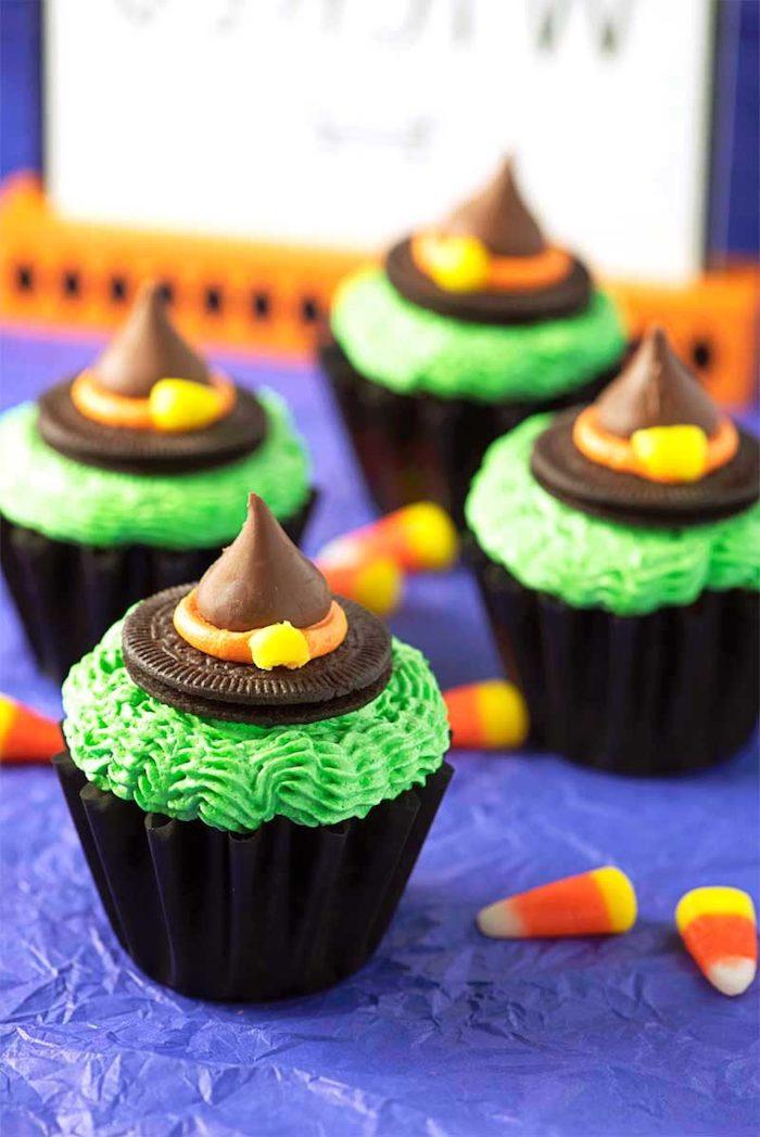 rezepte halloween, cupcakes dekoriert mit grüner buttercreme und hexenhüten aus oreo-keksen