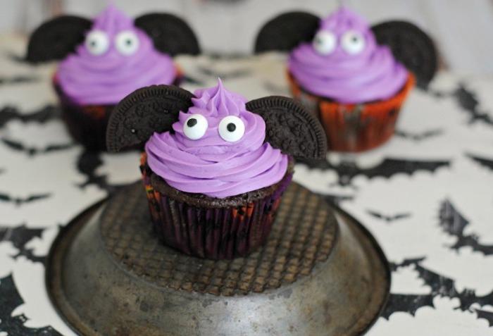 rezepte halloween, cupcakes-ungeheuer mit flügeln aus oreo-keksen