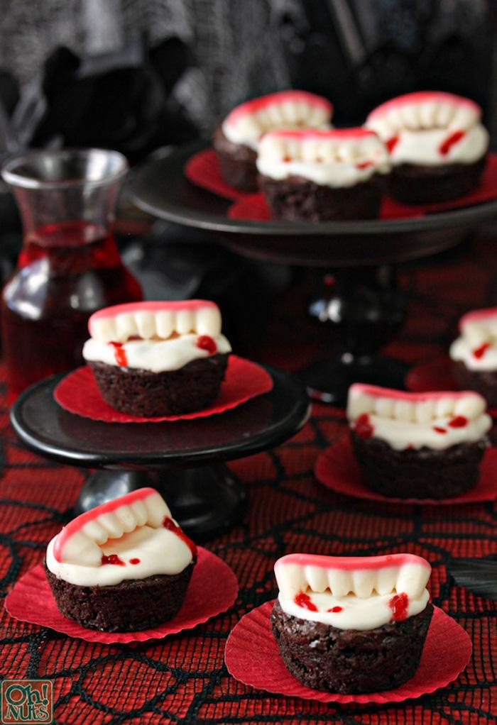 rezepte halloween, cupcakes mit weißer buttercreme und geleebonobns in form von vampirzähnen