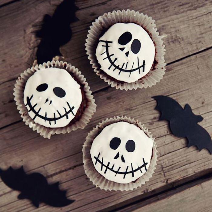 halloween backen, cupcakes mit sahne und schokolade dekorieren