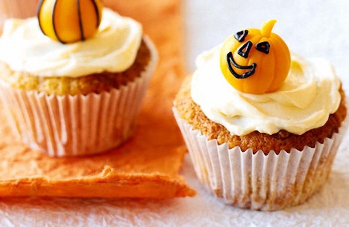 halloween backen, cupcakes dekoriert mit sahne und kleinen kürbissen aus fondant