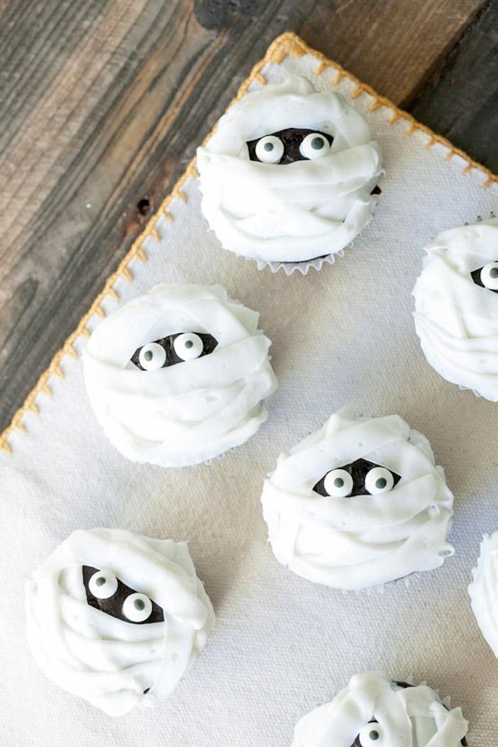 rezepte halloween, muffins-mumien selber machen, cupcakes dekorieren