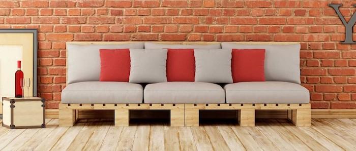einzigartige gartenmöbel aus paletten - ein sofa für den innen- und außenbereich, das aus europaletten gebaut wurde