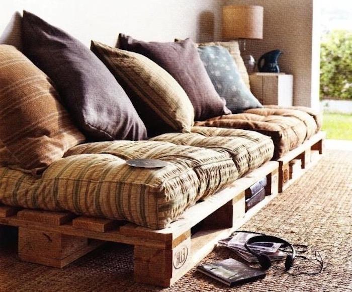 hier finden sie ein sofa mit großen schönen kissen, das aus alten europaletten gebaut ist - tolle idee zum thema palettenmöbel garten, die ihnen sehr gut gefallen kann