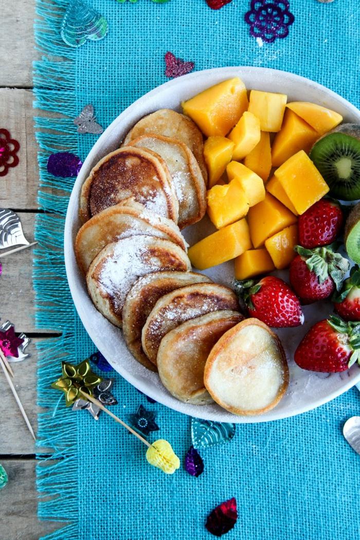 Mini-Pfannkuchen mit Puderzucker und Früchten, bunter Teller, tolle Ideen für Kindergeburtstag