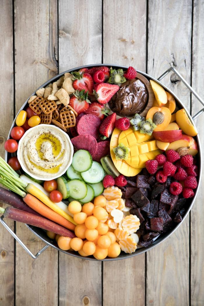 Bunter Teller für Ihre einzigartige Party- Frischobst und -Gemüse, Mini-Brezel und Soßen