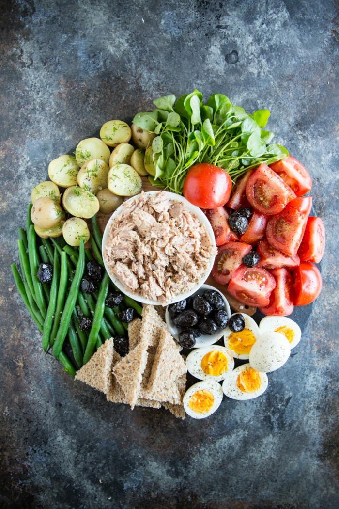 Gesundes Partyessen, frisches Gemüse, Toast aus Vollkorn, Eier und Lachs, Fingerfood schnell vorbereiten
