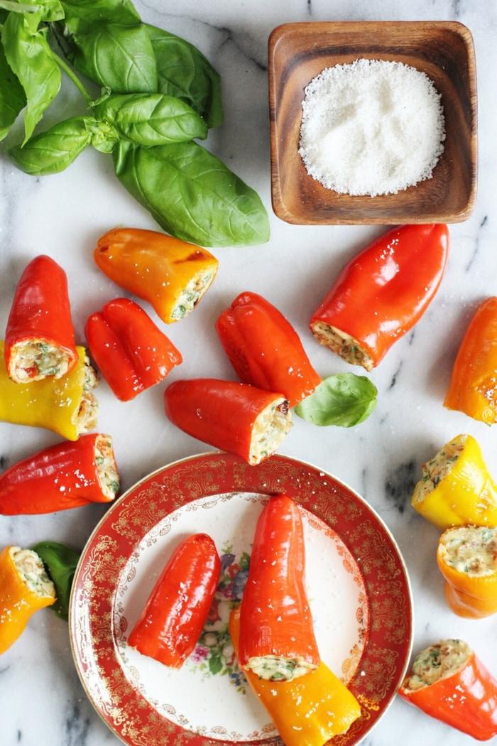 Paprikas mit Mozzarella füllen, leckere und einfache Gerichte für viele Gäste, italienische Gerichte