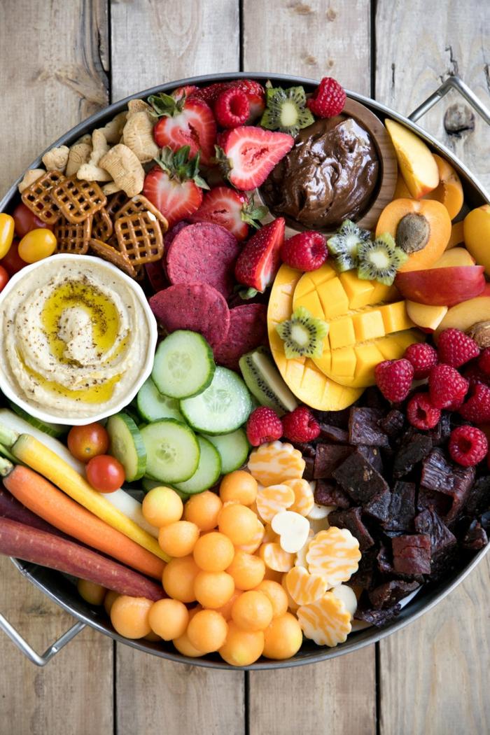 bunter Teller, Frischobst und -Gemüse, Mini-Brezel und Soßen, Fingerfood einfach und schnell vorbereiten