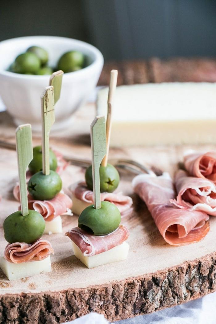 Partyhäppchen für viele Gäste- Käse, Schinken und Oliven, kleine Snacks einfach und schnell vorbereiten