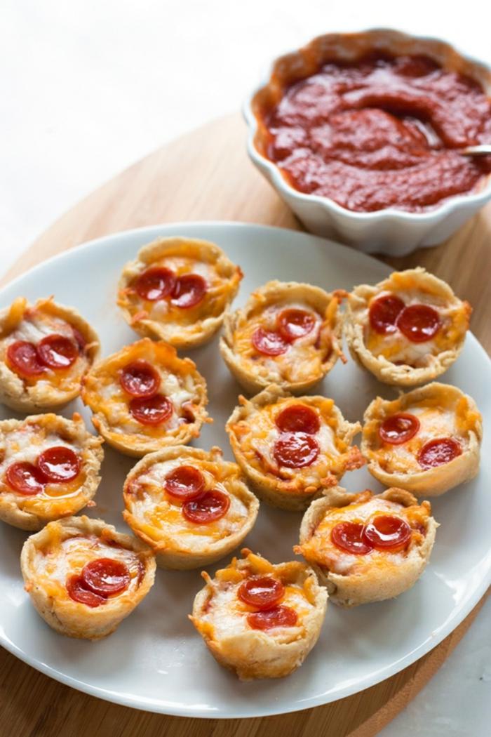 Coole Ideen für Partygerichte, Fingerfood schnell und einfach vorbereiten, Mini-Pizza