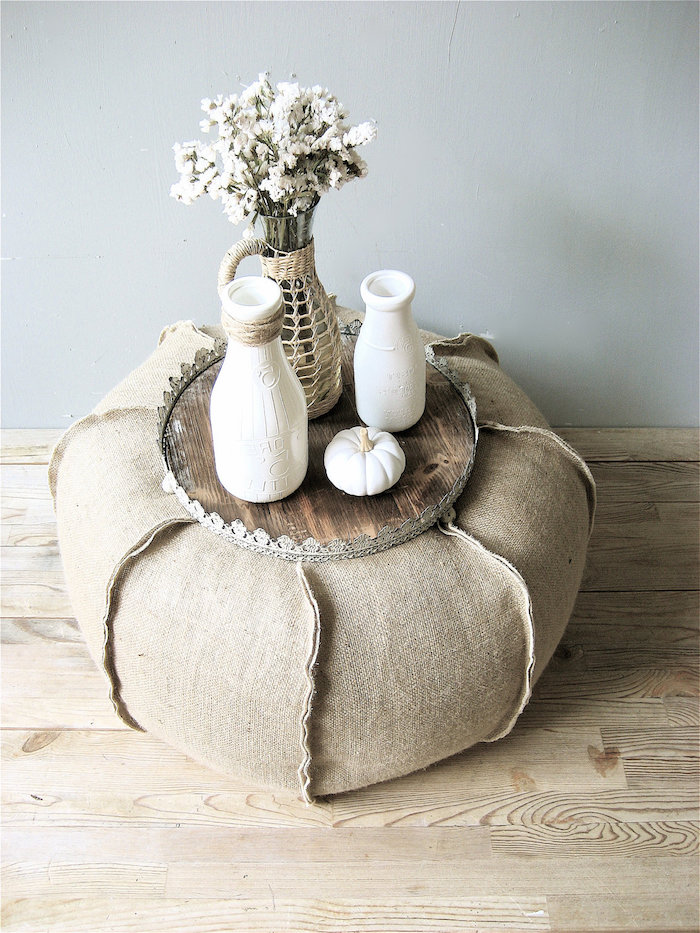 pouf füllung idee bunte sitzkissen bodenkissen idee weiße vase blumen deko idee