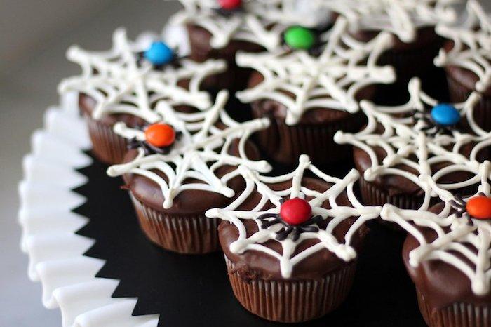 rezepte für halloween, spinnweben aus weißer schokolade, spinnen aus bonbons