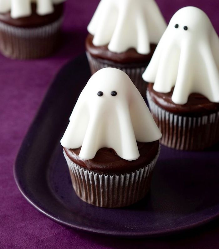 rezepte für halloween, gespenster aus fondant, schoko-cupcakes