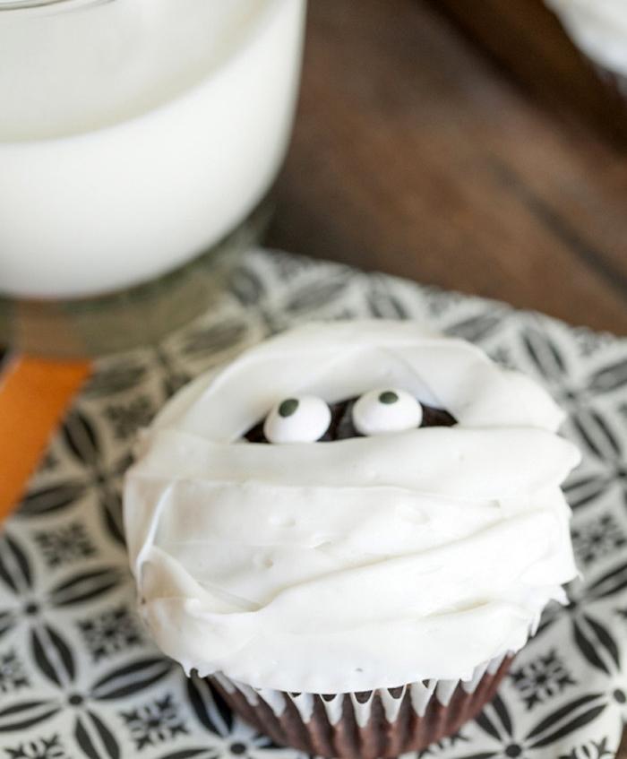 rezepte für halloween, cupcake-mumie mit schokolade und sahne