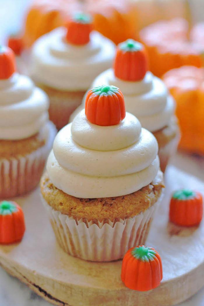 rezepte für halloween, kleine desserts mit kürbispüree dekoriert mit buttercreme