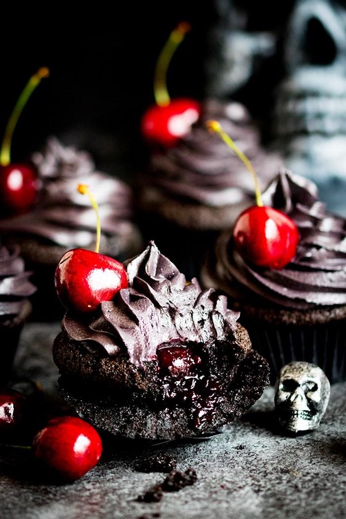 rezepte für halloween, schoko-cupakes mit sahne und kirschen