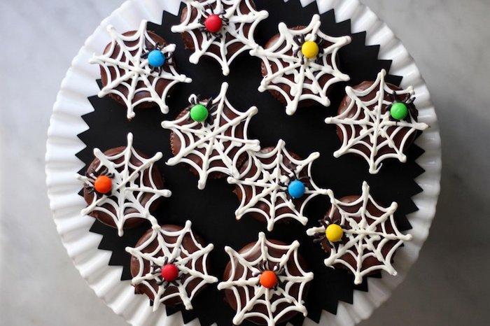 rezepte für halloween, cupcakes dekorieren, bunte spinnen aus bonbons