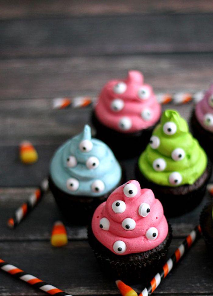 rezepte halloween, cupcakes dekoriert mit sahne und augen aus schokolade