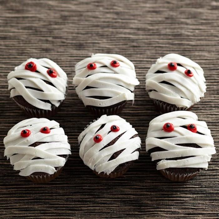 halloween backen, cupcakes-mumien mit roten augen, cupcakes dekorieren